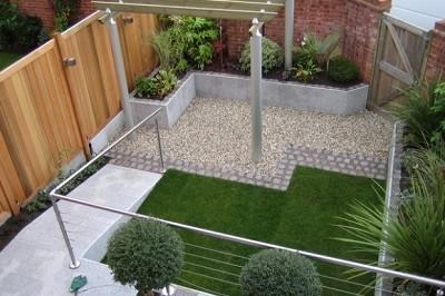 Jardin moderno de cesped artificial